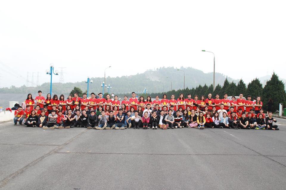 Vietnamese young visit Hoa Binh hydropower lake